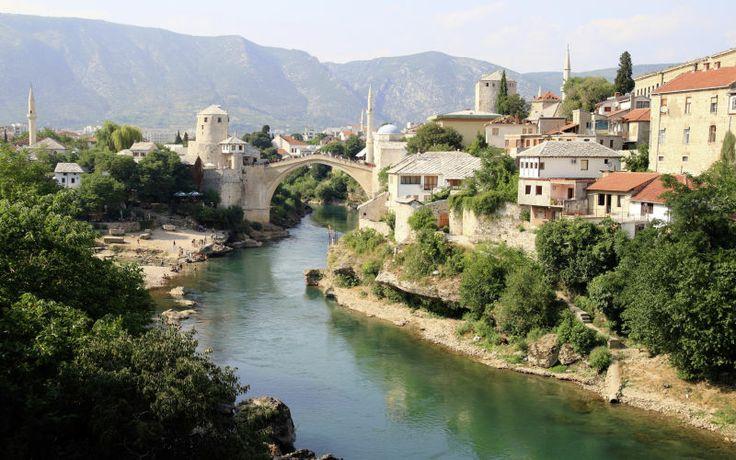Lähde mukaan retkelle Mostarin kaupunkiin Bosnia-Hertsegovinaan. Kaupunki on vuosisatojen ajan ollut eri kulttuurien ja uskontojen kohtauspaikka. www.apollomatkat.fi #Mostar