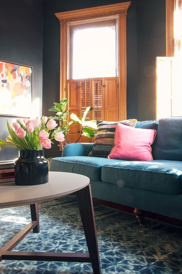 Black walls, a teal sofa, and a gorgeous blue rug from @loloirugs  #sponsor