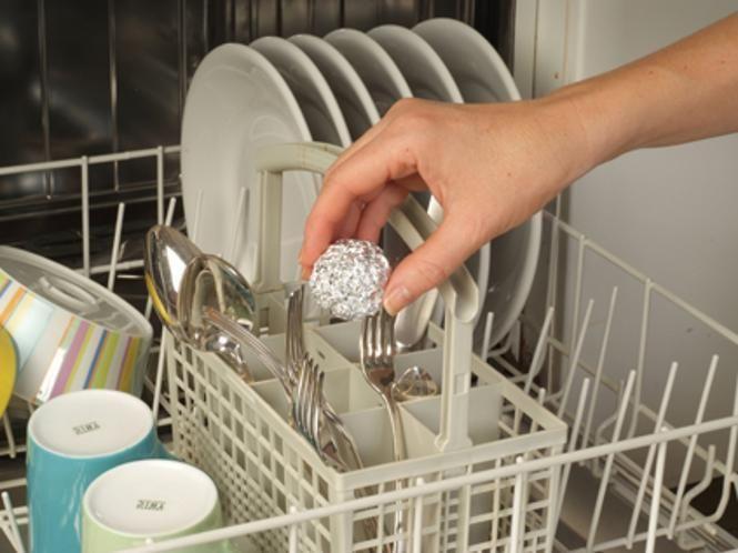 Kleine Kugel aus Alufolie im Besteckkasten der Spülmaschine verhindert Rostflecken.