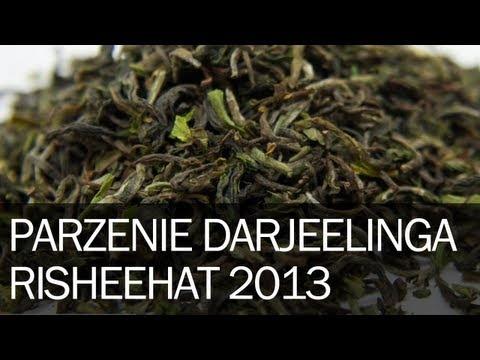 Dzisiaj będizemy parzyć i pić herbatę Darjeeling Risheehat. Jest to Darjeeling, który pochodzi właśnie z ogrodu o nazwie Risheehat. Ogród ten mieści się 15 km na wschód od miejscowości Darjeeling i ma 156 ha.Będziemy pić pierwszy tegoroczny zbiór, czyli najfajniejszą rzecz jaką można pić wiosną. Darjeeling uważany jest za szampana...