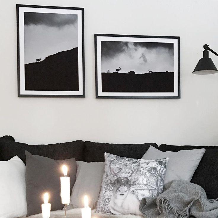 Svartvitt vardagsrum med tända ljus, mönstrade kuddar och inramade posters av siluetter från printler.com, marknadsplatsen för fotokonst. Inredning av lapptussan på instagram.