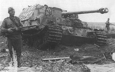 Un Ferdinand allemand capturé par des soldats soviétiques pendant la bataille de Koursk