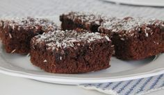 Kärleksmums, snoddas, chokladrutor, dessa godingar kallas för många namn. Daries bjöd på demigår till kaffet, och detta måste ju vara den populäraste kakan till kalas. Saftig och chokladig och bakas i långpanna, perfekt! Det här behöver du till 30 stora bitar : 200 gram smör 5 ägg 4 dl strösocker … Läs mer