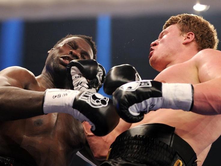 Der russische Schwergewichtboxer Alexander Powetkin (r) erwischt Herausforderer Hasim Rahman mit einem rechten Haken. Powetkin gewinnt den WM-Kampf der WBA klar. (Foto: Daniel Reinhardt/dpa)