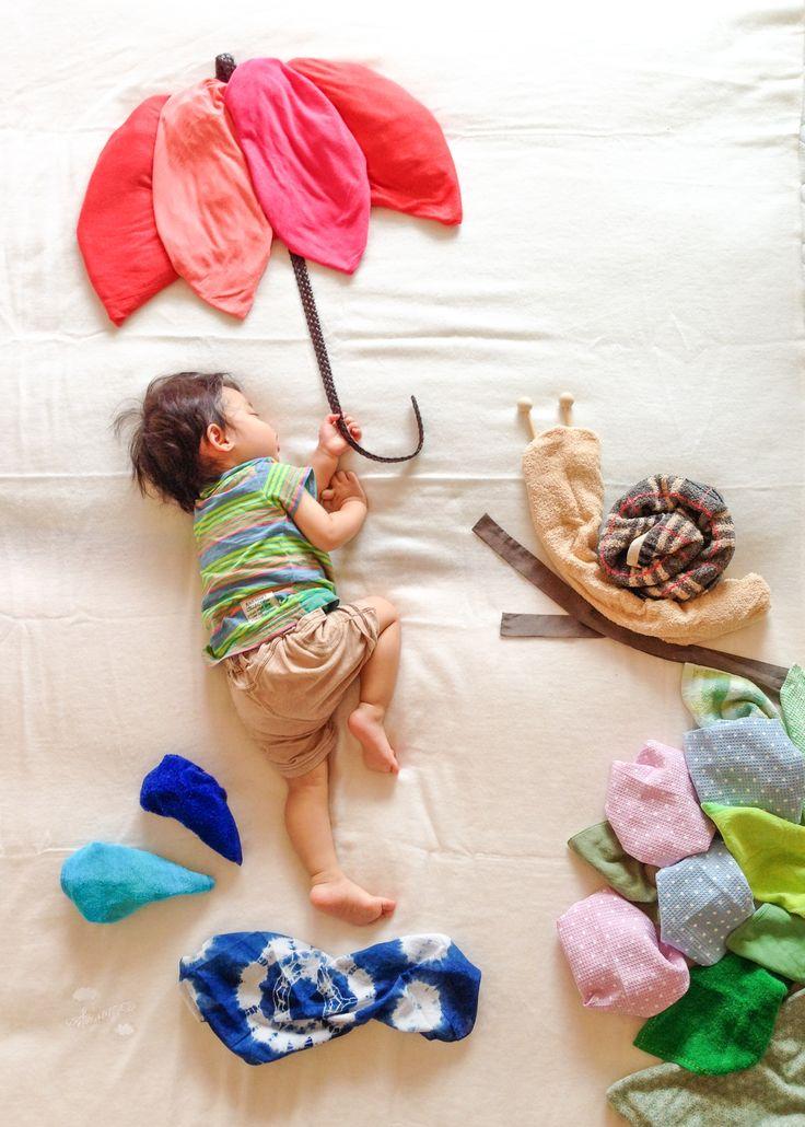 寝相アート。 テーマは 梅雨。  #nezoart #寝相アート #1才 #1才3ヶ月 #男の子 #子供 #こども #親バカ #japankuru #japan #お昼寝  #梅雨 #カタツムリ #傘