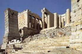 Propilei, V secolo a.C., marmo bianco pentellico. I propilei erano le entrate monumentali della polis ed erano circondati da un tebenos, ossia un recinto sacro che sottolinea l'entrata, in cui ci si lavava e cambiava.