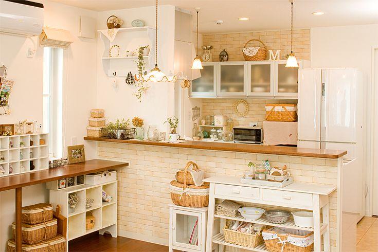 こちらも対面式のキッチン。カウンター越しに、料理のやり取りができますね。壁側の収納スペースやカウンター前の棚などの見える部分の雰囲気を統一することで、一体感のある空間になっています。