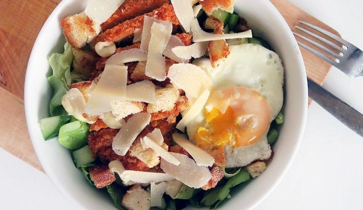 Salade met ei, (vega) kipschnitzel, truffelmayo, parmezaanse kaas, komkommer en…
