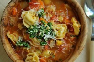 Копченый суп с тортеллини и петрушкой или соусом песто из базилика