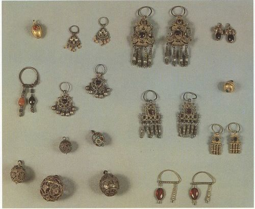 ancient beauty of Russia-feminine embellishment and amulets