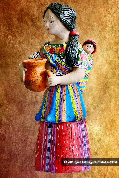 Artesanias elaboradas por manos guatemaltecas, tallando madera, moldeando barro o yeso, coloreando textiles, dando el brillo y color de nuestra tierra