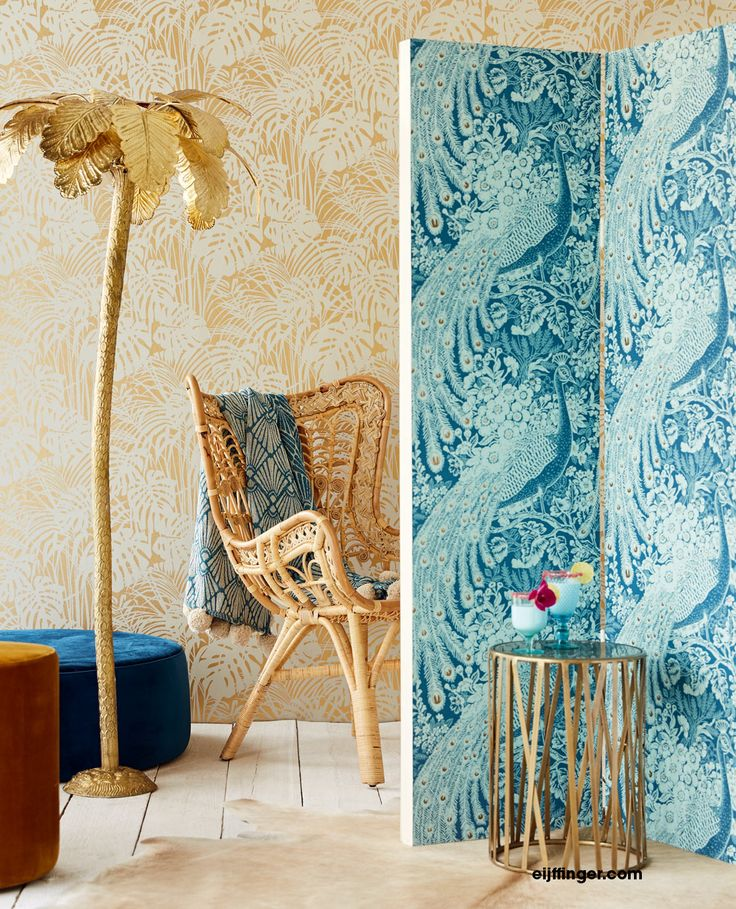 """Reflect - en kollektion från Intrade ITG AB. Lyx och glamour i denna exceptionella kollektion med inspiration från en frodig trädgård i tropikerna i läckra färger och häftiga mönster. Kaxiga påfåglar, stora monstera blad och eleganta """"vattenfall"""", därtill några fina serier med småmönstrat, snygga som sidotapeter. Tapeten hittar du hos Colorama Helsingborg och Colorama Ängelholm. #intrade #reflect  #renovering #inspiration #colorama #coloramahelsingborg #coloramaangelholm #läshörna"""