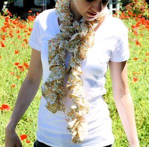 I am so making this scarf!Summer Scarves, Ruffle Scarf, Scarf Tutorials, Summer Scarf, Knits Pattern, Sewing Machine, Ruffles Scarf, Sewing Tutorials, Scarf Pattern