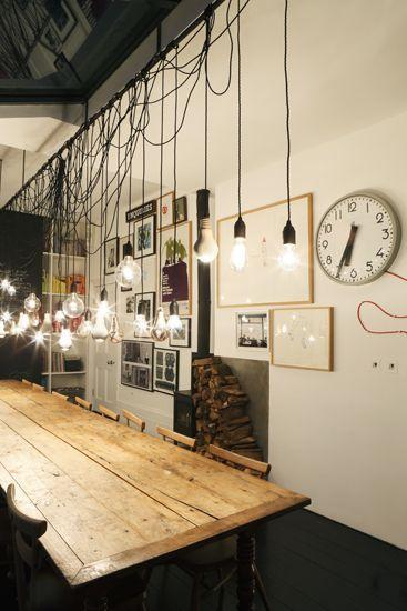 Voici une idées qui a déjà fait ses preuves chez plusieurs designers : utiliser des ampoules brutes en guises de luminaires. Furieusement contemporaines, ces ampoules seront parfaites dans une cuisine, suspendues au dessus d'un plan de travail ou d'une table, mais aussi dans une chambre ou une salle à manger… Leur ligne simple leur confère un cachet unique et apportera une touche design à votre intérieur ! Sur le même thème