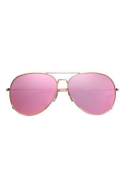Óculos de sol modelo aviador com armação de metal e lentes coloridas. Proteção UV.