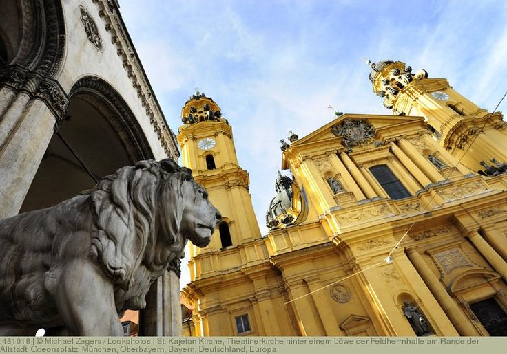 St. Kajetan Kirche, Theatinerkirche hinter einem Löwe der Feldherrnhalle am Rande der Altstadt, Odeonsplatz, München, Oberbayern, Bayern, Deutschland, Europa