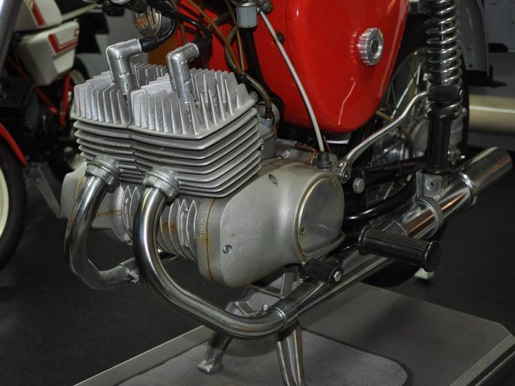 Prototyp Simson S50 Werksumbau zur S100 mit 2 Zylindern > Ende der 1960er Jahre wurde in Suhl der Prototyp eines Kleinkraftrad auf S50-Basis mit 11,5 Ps und 5 Gang Getriebe entwickelt. Der 100ccm Motor wurde großteils aus S50 Teilen aufgebaut und verfügte bereits über eine kontaktlose elektronische Zündung. Höchstgeschwindigkeit lag bei 100-110 km/h.