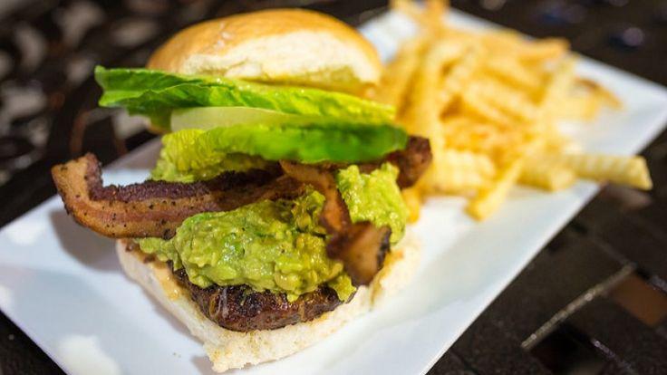 Hamburger piccante con guacamole e bacon croccante, carne affumicata abbinamento