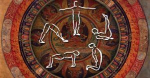 Die fünf Tibeter oder die fünf Riten der Verjüngung ist ein System von fünf, tibetischen Yogi-Übungen, die über 2500 Jahre alt zu sein scheinen. Du fließt durch die fünf Übungen, gefühlt wie in einem meditativen Tanz. Jede Übung stimuliert ein bestimmtes Chakra- oder Hormonsystem und revitalisiert gewisse Organe, so dass die fünf Riten zusammen ein