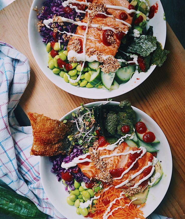 Crispy fried salmon skin pokebowl/sushibowl of quinoa with sriracha, avocado, edamame, red cabbage, sesame, nori and fresh sprouts// everythingwithpumpkin Krokante zalmhuis pokebowl/sushibowl van quinoa met sriracha, avocado, edamame, rode kool, sesamzaad, nori en verse kiemen// everythingwithpumpkin