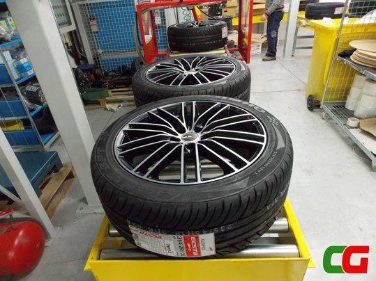 Un elegante kit da 18 pollici per Alfa Romeo 159 in partenza stasera con cerchi in lega Mak Rapide Ice Black e pneumatici Kumho KU31. Acquistate cerchi e gomme ed il montaggio ve lo regaliamo noi: facile, sicuro ed economico! www.cerchigomme.it