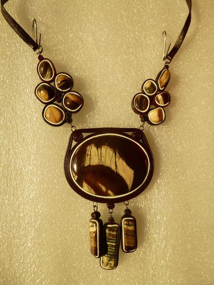 Купить или заказать 6 колье из натуральных камней в коже в интернет-магазине на Ярмарке Мастеров. Изысканные колье из натуральных камней в натуральной коже. Подвешены на кожаном шнуре в цвет обрамления камня. Фото 1 - чёрный оникс Фото 2,3 - яшма калиновская Фото 4 - натуральный заирский малахит Фото 5 - тигровый глаз, Фото 6 - мадагаскарский розовый кварц. К каждому колье можно подобрать в комплект серьги или кольцо в коже.