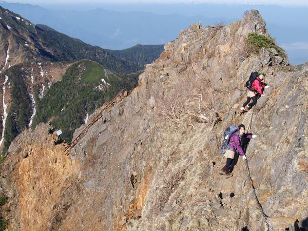 キレット縦走路のトラバース区間が核心部。八ヶ岳赤岳キレット縦走|八ヶ岳登山ルートガイド。Japan Alps mountain climbing route guide