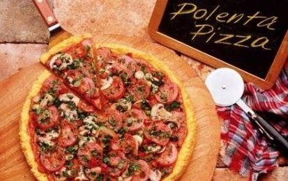 Polenta pizza con scamorza e funghi - La polenta pizza è una specialità nata a Varese nel 2008 grazie a Chicco Crugnola ed è un piatto che unisce e mette d' accordo le tradizioni del nord e del sud Italia; oggi io voglio proporvi la ricetta della polenta pizza con scamorza e funghi