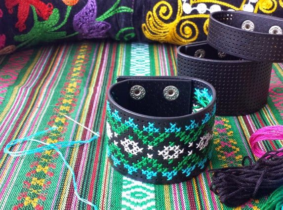 Handwerkjuffie: SUZANI borduurarmband