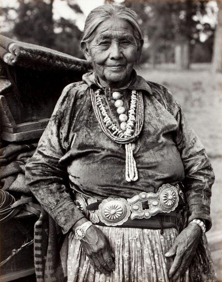 ✿ڿڰۣ(̆̃̃•Aussiegirl Navajo Matriarch, by Laura Gilpin, 1952