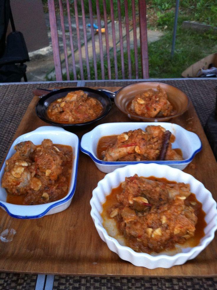 本格インド家庭料理【チキンカレー】  インド人直伝! いわゆるお店で出される味とはどこか一味違った おいしさのインド家庭料理です。 材料 (2人分) 鶏肉 150g 玉ねぎ(スライス) 2個分 生姜 1欠片 にんにく(みじん切り) 4粒 ●ブラックペッパー 1~2粒 ●クローブ 1粒 ●クミンシード 小さじ1/2 ●シナモンスティック 1/2程度 ●ベイリーフ 1枚 ◎カスリメティー 小さじ1 ◎ブラックカルダモン 1粒 ◎メース 小さじ1 ★ターメリックパウダー 小さじ1/4 ★コリアンダーパウダー 小さじ1/2 ★レッドペッパー 適量 ★クミンパウダー 小さじ1/4 砂糖 小さじ1 塩 適量 トマト(小さめにカット) 2個 ヨーグルト 大さじ2 油 適量 水 150ml  作り方 1 フライパンで油を中火で熱し、砂糖を入れて黒くなるまで待ちます。 2 ●と◎のスパイスを全てフライパンに入れて 香りが出るまで炒めます 3 ②にたまねぎを入れて炒めます 4 ③にトマトを入れてある程度炒めてから★を全て入れてなじませるように炒めます。 5…