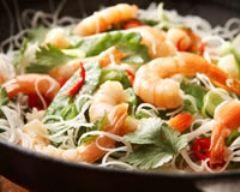 Saumon et crevettes au chou chinois au wok (facile, rapide) - Une recette CuisineAZ