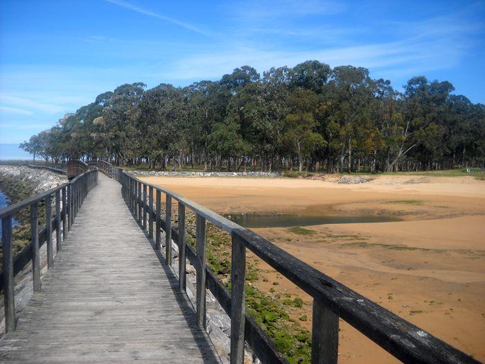 La hermosa playa está situada en el concejo de Villaviciosa, a 11 km. de la acogedora villa de Villaviciosa y a 2,5 km. de Selorio.