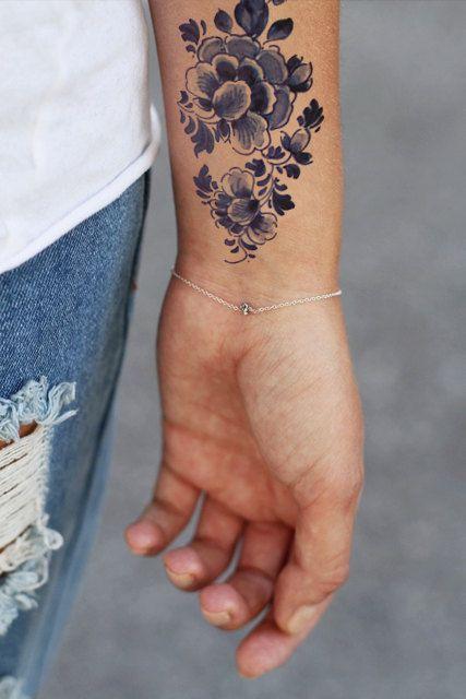 Temporary round 'Delfts Blauw' floral tattoo por Tattoorary en Etsy