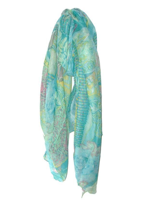 Um lenço estampado, com motivos florais em que a cor predominante é o azul claro.