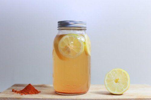 Thee van citroen en kurkuma voor de gezondheid.