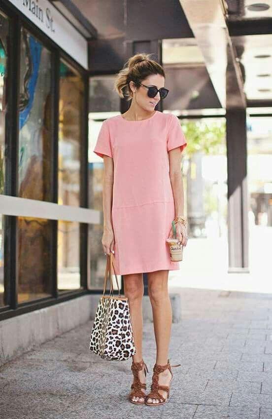 Look do dia: vestidinho corte reto na cor rosa quartz + bolsa com estampa de oncinha + salto caramelo e óculos de sol.