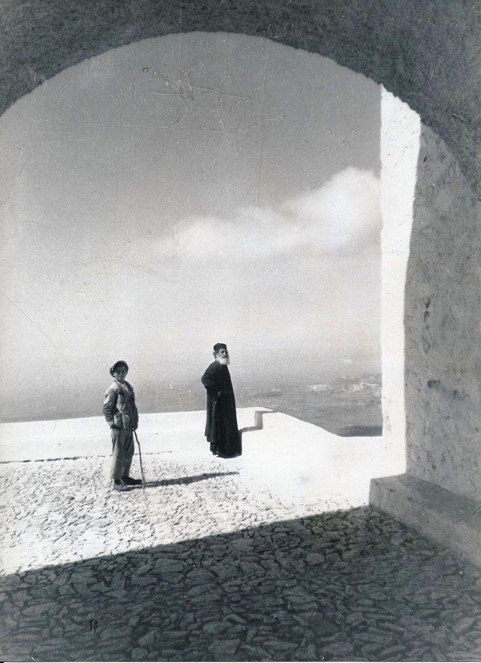 ΣΑΝΤΟΡΙΝΗ - 1935 - ΣΤΗΝ ΑΥΛΗ ΤΟΥ ΜΟΝΑΣΤΗΡΙΟΥ ΣΤΟΝ ΠΥΡΓΟ - ΦΩΤΟΓΡΑΦΙΑ ΑΠΟ ΤΟ PHOTO COLDIER PARIS.
