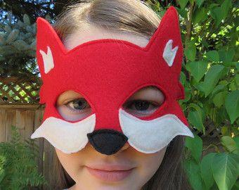 Transformarse en una criatura de bosque con esta máscara de zorro. Hecho de fieltro en un color naranja llamativo con apagado Acentos blancos, es seguro que será un éxito. Esta mascarilla es máquina de coser. Consulte la última foto o enlaces debajo de esta máscara de zorro en otras opciones de color. Este listado está para el color naranja solamente. Hace un rápido y fácil disfraz de Halloween, un juego de la escuela o una fiesta de cumpleaños temática. Ideal para un traje fantástico Sr…