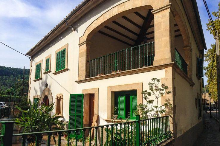 Västkusten på Mallorca: Charmigt hus med två terrasser i Esporles. Detta vackra hus om cirka 190 kvm ligger lugnt och tyst beläget, med charmiga fina omgivningar och trevligt landskap. Huset är fördelat över två plan. Vardagsrummet har en mysig öppen spis och även köket har det. Det finns tre sovrum och två badrum. Alla rum är mycket ljusa. Högst upp finns en liten terrass och utrymme för tvättmaskin.