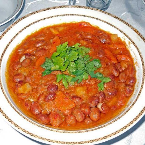 Mezeci Zeynep'in favori mezesi; barbunya pilaki, eski İstanbul usulüne göre eksiksiz hazırlanır, afiyetle yenilir. Yemek en az beş kişilik olarak hazırlanmaktadır, zaten size tavsiyem kişi sayısından bir fazlasını sipariş etmenizdir zira şimdiye kadar bir porsiyon yedikten sonra ikincisini istemeyen olmadı