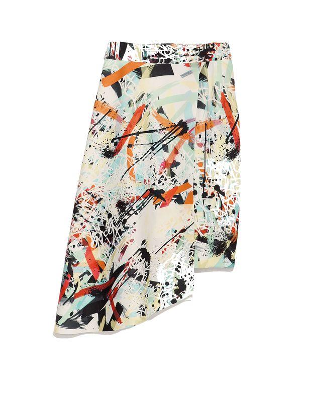 Nos gusta el estampado 'Arty', en esta falda asimétrica se convierte en una prenda 'it.' es de Zara.