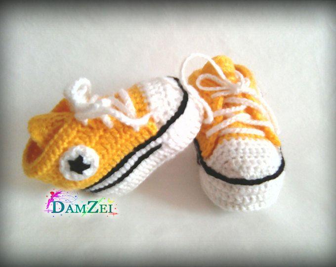 Crochet bambino scarpe da ginnastica, scarpe Converse neonato, neonato uncinetto Babbucce, bambino ragazzo scarpe, stivali gialli per neonati, Baby shower regalo scegliere dimensioni