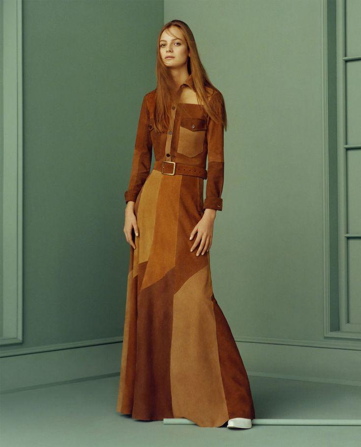 Bir model Zara ilkbahar-yaz 2015 kampanyasında bir patchwork süet üst ve etek giyer.
