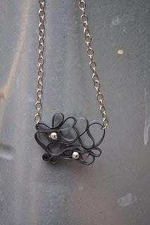 Halskæde af cykelslange og perler