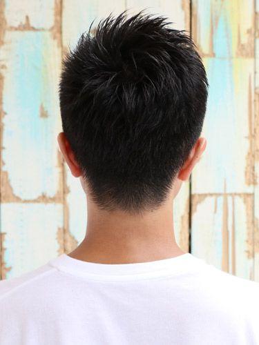 輪郭が強調されてしまうなどの理由から、丸顔の人に敬遠されがちなショートスタイル。しかし、トップのボリュームやサイドとのバランス感ひとつで、フェイスラインを調整することは十分に可能だ。今回は、丸顔の人におすすめできるショートスタイルをピックアップ! 丸顔×ソフトモヒカンショート サイドからバックを刈り上げたソフトモヒカンシルエットのショートスタイル。トップはチョップカットで細かい毛束を作ることで、シャープなシルエットに仕上がっている。毛の流れができるようにサイドから風を当ててドライし、ハードワックスを全体に馴染ませ、モヒカンシルエットを作るようにスタイリング。仕上げはハードスプレーでホールドさせればOKだ。 mazele hair 表参道 丸顔×ソフトツーブロックショート サイドとバックを大胆に刈り上げたヘアスタイル。フロントに行くにしたがってやや長めになるようにレイヤーでカットしている。直毛の人は毛先にパーマをかけることで自然なニュアンスを演出できる。ハードワックスとジェルを1 : 1の割合で混ぜ、毛先をつまむように立たせたりハネさせたりしてスタイリングすればOK。…