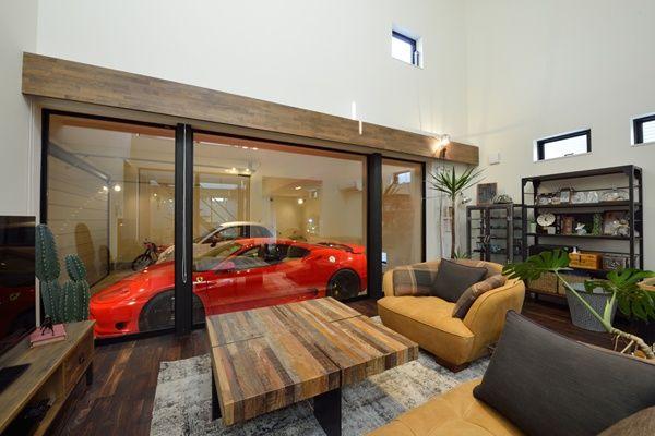 全面ガラス張りで愛車を一望できるリビング 住宅 ハウス 家