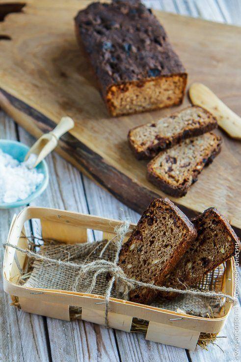 Хочу познакомить вас с моим любимым ржаным хлебом, который готовится на закваске. Этот рецепт вдохновлен моими поездками в соседнюю Эстонию, чья современная кухня вполне уживается с традиционными эстонскими ценностями, главной из которых является черный хлеб. Там такой хлеб щедро мажут сливочным маслом - в этих простых продуктах эстонцы знают толк, как никто другой! - и едят без затей, при желании слегка сдобрив солью. Приготовленный по этому рецепту хлеб можно есть точно так же, а можно в…