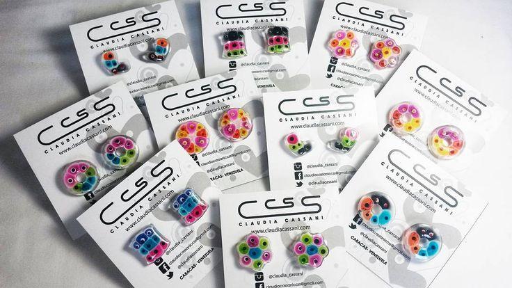 Nuevos zarcillos en acrílico transparente Los llamamos #CandyColors! Porque parecen hermosos caramelos llenos de color. Qué esperas?  http://ift.tt/1WfY0SO #ClaudiaCassani