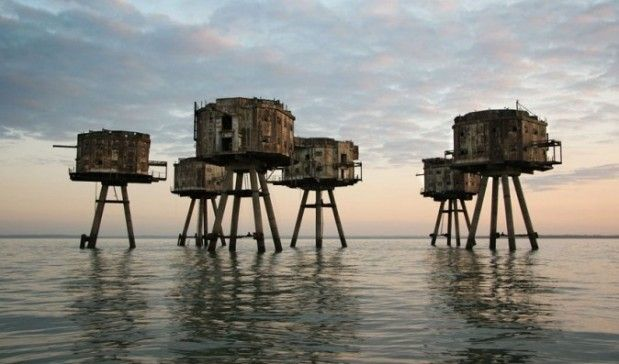 """The Maunsell Sea Forts were small fortified towers built during the Second World War to help defend the United Kingdom, which were located in the estuaries of the rivers Thames (London region) and Mersey (Liverpool region). Were named after its designer, Guy Maunsell. After his retirement from service in the late 1950s, were used for other activities, and even one of them became the self-defined """"micronation"""" of Sealand."""